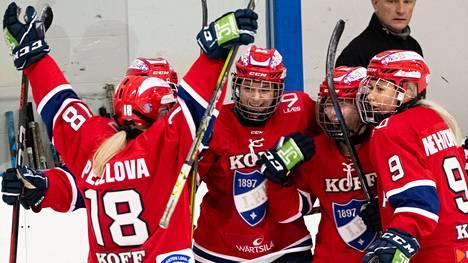 HIFK:n ketju Michaela Pejzlova 18, Emmanuelle Passard 27 ja Clara Rozier 72 varmistivat HIFK:n voiton KalPasta. Kuvassa oikealla Nenna Mehtonen.