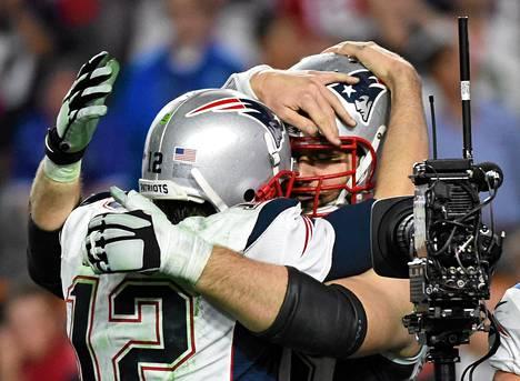New England Patriotsin pelinrakentaja Tom Brady (vas.) juhlii joukkuetoveriensa kanssa Super Bowlin voittoa. New England löi Seattle Seahawksin luvuin 28-24 Phoenixissa pelastussa loppuottelussa.