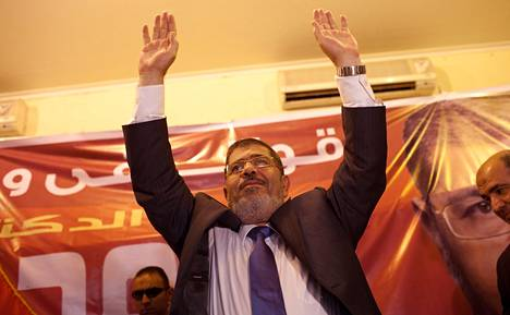 Egyptin Muslimiveljeskunnan presidenttiehdokas Mohammed Mursi tervehti kannattajiaan vaalitilaisuudessa Kafr El-Sheikhin teollisuus- ja yliopistokaupungissa maanantaina. Kyse oli kutsuvierastilaisuudesta, jonne oli kutsuttu maakunnan vaikutusvaltaisimpia ihmisiä joka yhteiskuntaluokasta.