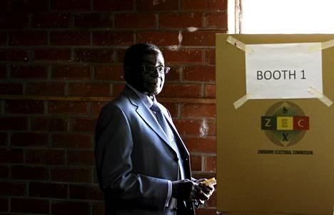 Zimbabwen presidentti Robert Mugabe äänesti Hararen lähiössä keskiviikkona.