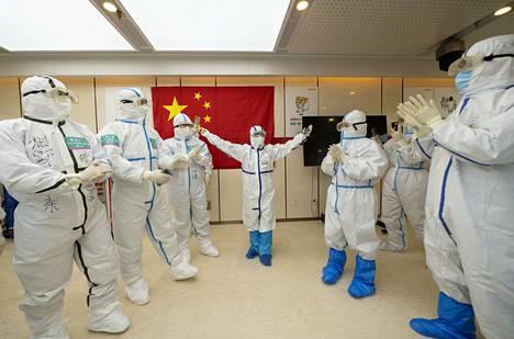 Wuhanissa sijainneen väliaikaisen Wuchangin-sairaalan henkilökunta iloitsi sairaalan sulkemisesta 10. maaliskuuta.