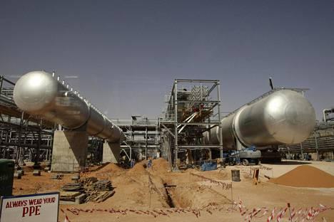 Raakaöljyn hinta on laskenut alle puoleen viime vuoden alun tasosta. Hinnan laskun arvellaan viivyttävän saudiarabialaisen Khuraisin öljykentän laajennusta. Kuva vuodelta 2008.