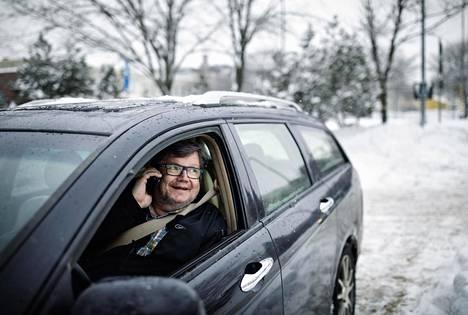 Korsolainen Ari Heino on tottunut mitoittamaan asiointikäynnit Tikkurilassa alle tuntiin. Maksu-uudistuksen jälkeenkin ensimmäinen pysäköintitunti säilyy maksuttomana.