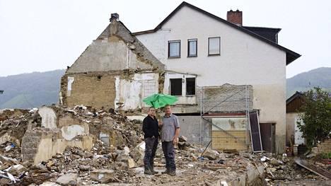 Heinäkuun tulvissa tuhoutuneilla alueilla odotetaan Saksassa edelleen luvattua apua. Franziska ja Peter Schnitzlerin koti piti purkaa, koska se oli niin kastunut. Liittopäivävaalien lupausten toteutumiseen alueen asukkaat eivät suoralta kädeltä luota.