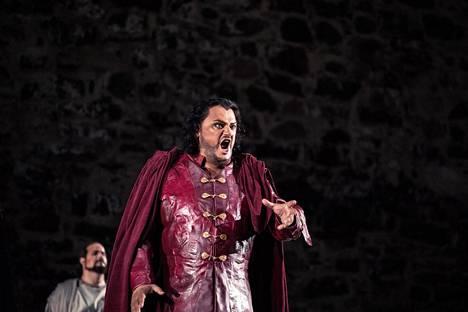 Otello (Aleksandrs Antonenko, edessä) vajoaa mustasukkaisuuden syövereihin Jagon (Elia Fabbian) juonien myötä.