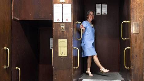 Stockmannin henkilökunta kulkee tavaratalon kerrosten väliä samanlaisella pater noster -hissillä kuin kansanedustajat Eduskuntatalossa. Stockmann avautui 1930, eduskuntatalo 1931. Sirje Liemola jäi eläkkeelle Stockmannilta viime syyskuussa.