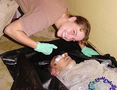 Irakilaisessa Abu Ghraibin vankilassa vuonna 2003 otetussa valokuvassa yhdysvaltalaissotilas Sabrina Harman poseerasi vieressään murhatun ruumis.