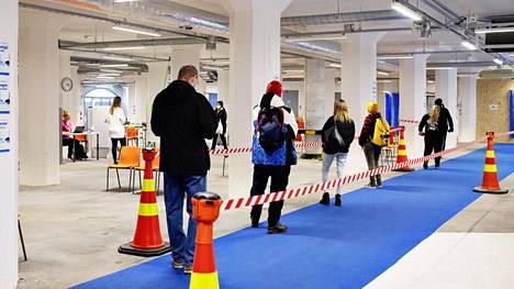 Riskiryhmään kuuluvat ihmiset jonottivat keskiviikkona 14. huhtikuuta Helsingin Jätkäsaaressa pisteelle, jossa tarkastetaan heidän oikeutensa rokotukseen.