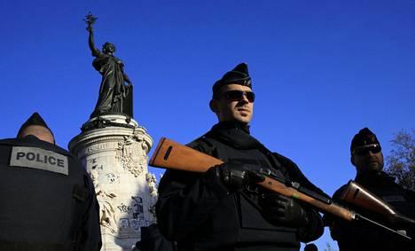 Poliisit partioivat Pariisin Tasavallan aukiolla 15. marraskuuta 2015, kaksi päivää kaupungissa tehdyn tuhoisan terrori-iskun jälkeen.