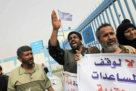 Palestiinalaiset vastustivat YK:n ruoka-avun pienenemistä Rafahissa Gazassa maanantaina.