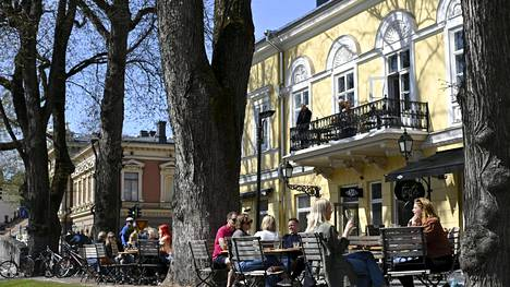 Ihmiset nauttivat auringosta Aurajoen jokirannan terassilla Turussa tiistaina. THL:n terveysturvallisuusosaston johtaja Mika Salminen muistuttaa, että myös ulkona on huolehdittava turvatoimista koronavirusta vastaan.