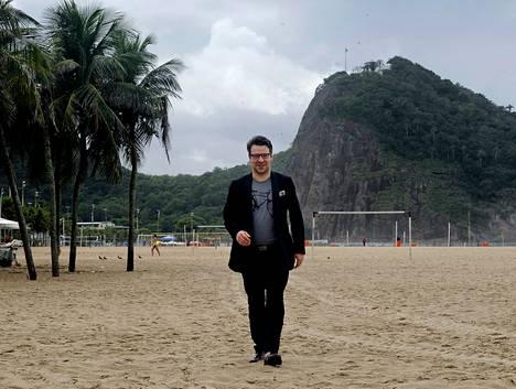 Ympäristöministeri Ville Niinistö (vihr) käveli perjantaina Copacabanan rannalla Rio de Janeirossa. Hän joutui lauantaina Suomessa sairaalahoitoon matkalla tulleen vatsataudin vuoksi ja on yhä sairaalassa.
