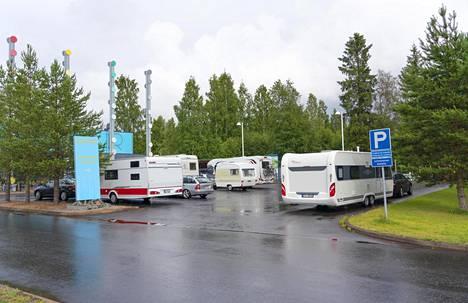 Matkailuautojen kysyntä on tänä kesänä kasvanut, kertoo Suomen leirintäalueyhdistyksen toiminnanjohtaja Antti Saukkonen. Monella leirintäalueella meni alkukesästä hyvin, sillä sää suosi karavaanareita ja telttailijoita.
