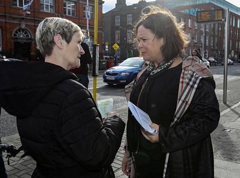 Irlannin yhdistämistä ajava vasemmistopuolue Sinn Féin on ottanut yllätyskirin vaalien alla. Kuvassa puolueen johtaja Mary Lou McDonald (oik.) kampanjoimassa Dublinissa tammikuun lopussa.