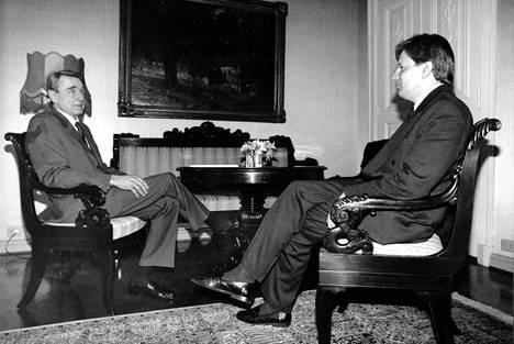 Presidentti Mauno Koivisto ja Esko Aho hallitustunnusteluiden aikaan vuonna 1991.