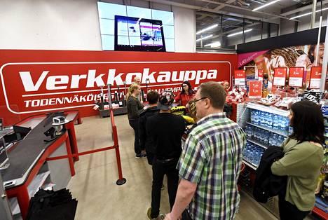 Asiakkaat jonottivat kassalle Verkkokaupassa Helsingin Jätkäsaaressa viime heinäkuussa.