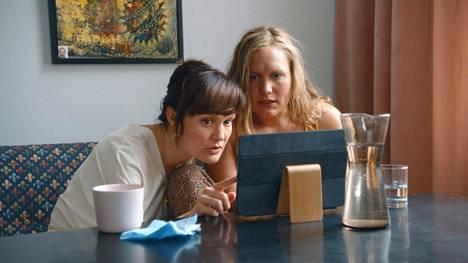 Lotta Kaihuan (vas.) esittämä Karla ja Ella Lahdenmäen Miina päättävät pitää elämästään välivuoden ja tehdä kaikki ne asiat, joista ovat aina haaveilleet.