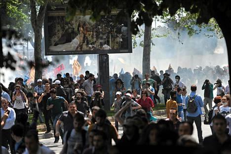 Mielenosoittajat pakenivat kyynelkaasua Istanbulissa.