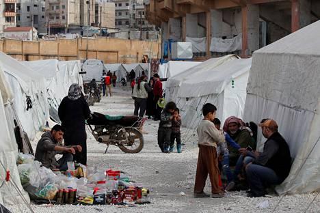 Maan sisäisiä pakolaisia Idlibin pakolaisleirillä Syyriassa, lähellä Turkin rajaa.