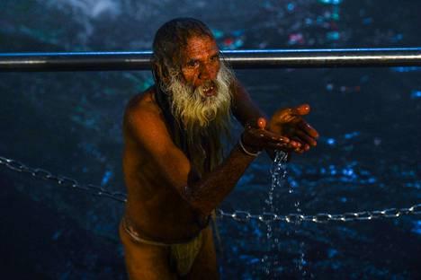 Mies suoritti rituaalia Gangesjoessa Haridwarin kaupungissa Intiassa torstaina aamulla.