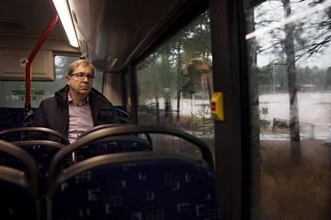 Nykyään Risto Saarinen on työmatkalla tekemättä mitään, ei lue, ei edes katso puhelinta. Se tuo tyyneyttä.