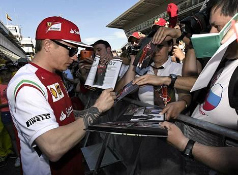 Kimi Räikkönen jakoi nimikirjoituksia Barcelonan GP:n varikolla.