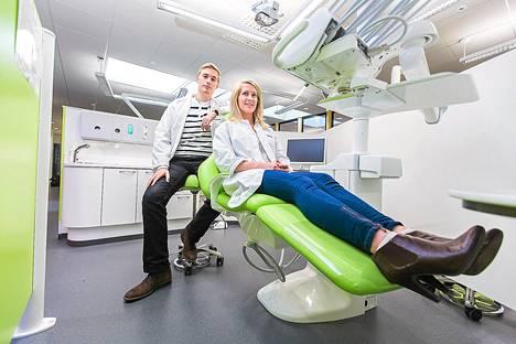 Kuopiossa uudelleen käynnistetyssä hammaslääkärikoulutuksessa opiskelevat Lauri Tuuliainen ja Aino Keränen jättävät kevään jälkeen yliopisto-opinnot ja siirtyvät työmarkkinoille, joilla riittää vielä töitä.