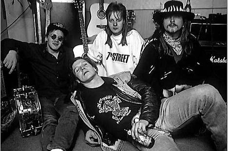 """Helsinkiläinen Havana Black treenikämpällään neljännen ja viimeisen albuminsa, 1993 julkaistun Growing Wingsin aikoihin. Kokoonpanoon kuuluivat tuolloin rumpali Atte Sarkima (vas.), kitaristi Markku """"Crazy"""" Heiskanen, basisti Masa Maijanen ja laulaja-kitaristi Hannu """"Guts"""" Leidén. – """"Liity Havana Blackiin, näe maailmaa ja nälkää!"""", muistelee Leidén nyt huvittuneena yhtyeen lentävää lausetta."""