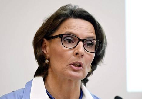 Liikenne- ja viestintäministeri Anne Berner tiedotustilaisuudessa torstaina.