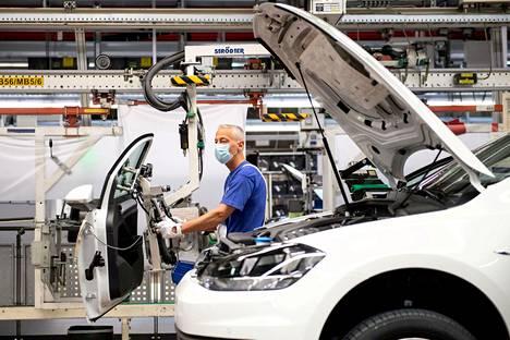 Volkswagenin autotehdas Wolfsburgissa Saksassa.
