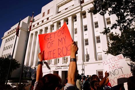 Aborttioikeuden kannattajat osoittivat mieltään Alabaman osavaltion hallintorakennuksen ulkopuolella, kun senaatti äänesti Yhdysvaltojen tiukimmasta aborttilaista tiistaina.