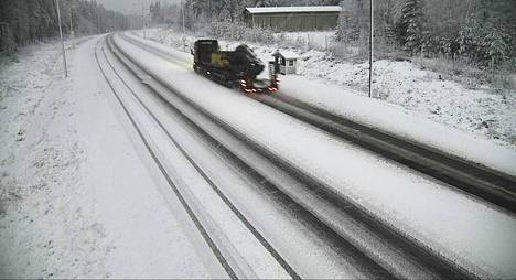 Liikenneviraston kelikamerassa näkyy, kuinka Jämsän Länkipohjassa Ysitie oli sohjon peitossa perjantaiaamuna.