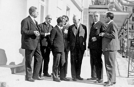 Martin Heidegger (kolmas vas.) ja Ernst Cassirer (kolmas oik.) keskustelivat Davosissa vuonna 1929 muiden filosofien ympäröimänä.