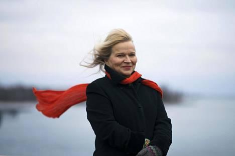 """""""Kun minusta oli edellisen kerran kuva Hesarissa, olin uimapuku päällä"""", Kati Bergman muistelee huvittuneena. Hän esitteli artikkelissa uimahyppyharrastustaan."""