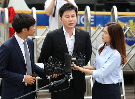 Yang Hyun-Suk saapumassa poliisiasemalle Soulissa torstaina.