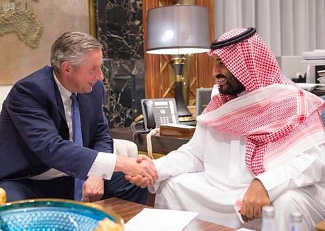 Saudi-Arabian kruununprinssi Muhammed bin Salman (oik.) nimitti tiistaina saksalaisen Klaus Kleinfeldin johtamaan suuren erityistalousalueen perustamista Punaisenmeren rannoille.