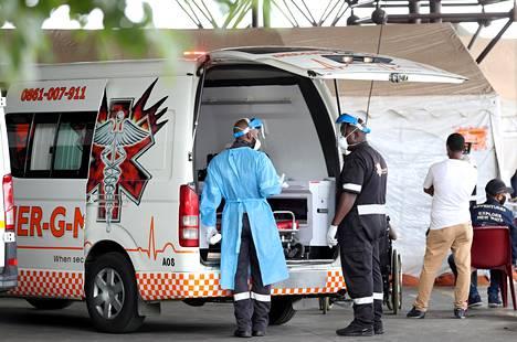 Työntekijät seisoivat suojavarusteissa sairaalan pihassa Pretoriassa Etelä-Afrikassa 11. tammikuuta. Käynnissä on kiihtyvä koronaepidemia, mutta rokotukset eivät ole alkaneet.