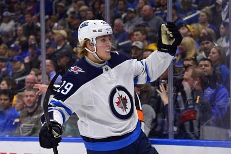 Patrik Laine on yksi NHL-pelaajista, jonka sopimus on kesällä katkolla. Hän ei pelaa MM-kisoissa.