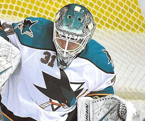 Chicagossa Stanley Cupin vuonna 2010 voittanut Antti Niemi torjuu kiekkoja San Jose Sharksissa.