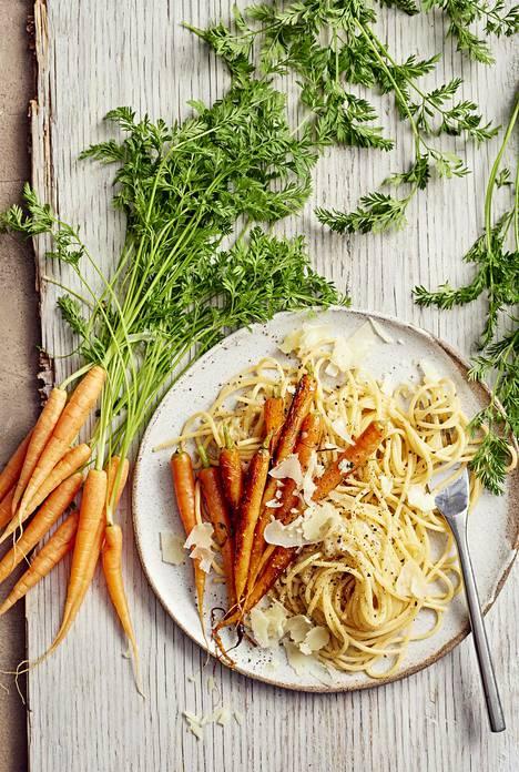 Paahdetut porkkanat höystävät pastaa.