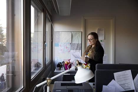 Espoon kaupungin lastensuojelun avohuollon työntekijä Inkeri Vierunen kertoo, että jotkut vanhemmat käyttävät koronatilannetta hyväkseen ja yrittävät sen perusteella esimerkiksi estää lasta näkemästä toista vanhempaansa.
