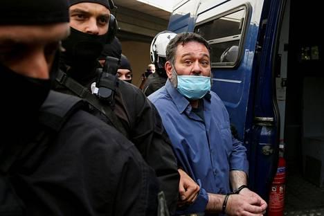 Poliisi saattoi Ioannis Lagosia hänen poistuttuaan syyttäjänvirastosta lauantaina Ateenassa.