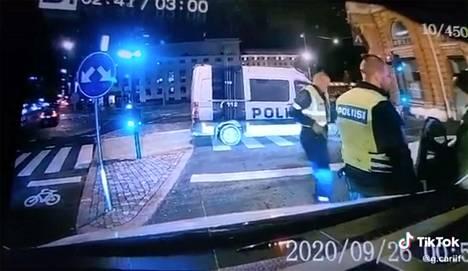 Poliisi otti pakenevan autoilijan Helsingin Erottajankadulla varhain lauantaina. Kuvakaappaus Tiktokista.