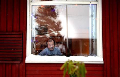 """Jouko Silvennoinen asui vielä elokuussa kadulla. Nyt hänellä on oma huone päihdeongelmaisten huoltokodista Neppersistä Espoossa. Silvennoinen työskenteli pitkään kuljetusliikkeessä, joka kuskasi ravintoloihin alkoholijuomia. """"Tämä on vähän niin kuin ammattitauti"""", hän selittää alkoholismiaan."""