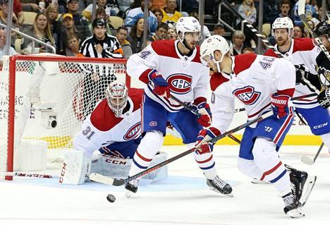 Montrealin Joel Armia (40) siivoaa kiekon joukkueensa maalilta. Armia teki myös Montrealin 4–0-maalin.