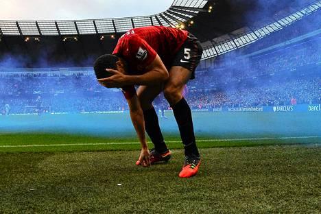 Manchester Unitedin Rio Ferdinand sai kolikon päähänsä Unitedin 3–2-voittomaalin jälkeen.
