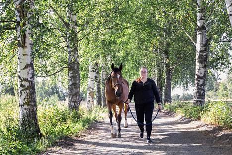 Tamperelainen Alisa Suvanne, 22, haluaisi käyttää nykyistä enemmän aikaa ratsastamiseen sitten, jos hän saavuttaa tavoitteensa eli taloudellisen riippumattomuuden. Silloin hänen ei olisi pakko tehdä töitä rahan takia.