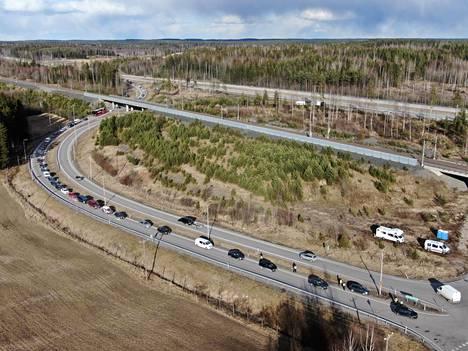 Uudellemaalle saapuvaa liikennettä Lahden moottoritiellä Päijät-Hämeen ja Uudenmaan rajalla sunnuntaina.