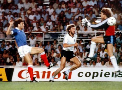 Maalivahti Harald Schumacher tyrmäsi Patrick Battistonin (vas.) MM-välierässä Sevillassa 8. heinäkuuta 1982.