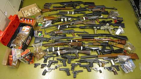 Poliisin takavarikoimat aseet ja patruunat. Aseista kahdeksan on ilmoitettu varastetuiksi eri puolilta Suomea. Aseista 19 luokitellaan erityisen vaarallisiksi.